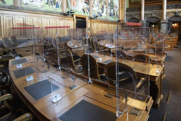 Sämtliche Arbeitsplätze im Nationalrat- und Ständeratssaal wurden mit Schutzwänden ausgestattet.