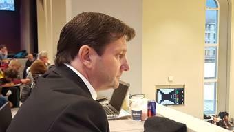 Gespannt verfolgte Whistleblower Adam Quadroni die Debatte des Bündner Grossen Rates.