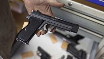 Eine solche Pistole ist bei einem Barbetreiber zu Unrecht von der Polizei eingezogen worden. Dies entschied das Bundesgericht. (Archivbild)