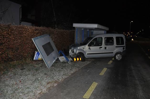 als auch zwei Inselpfosten wurden von einem alkoholisierten Autofahrer beschädigt.