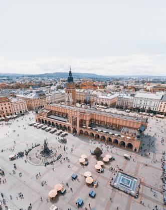 Der Marktplatz von Krakau ist einer der grössten mittelalterlichen Plätze in Europa. In seiner Mitte sind die Tuchhallen, in denen Händler früher Stoffe feilboten.