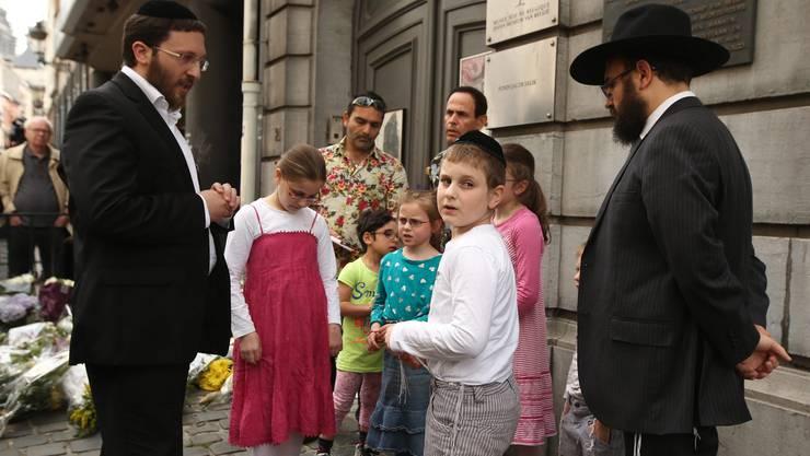 Jüdische Gläubige beten mit ihren Kindern vor dem jüdischen Museum.