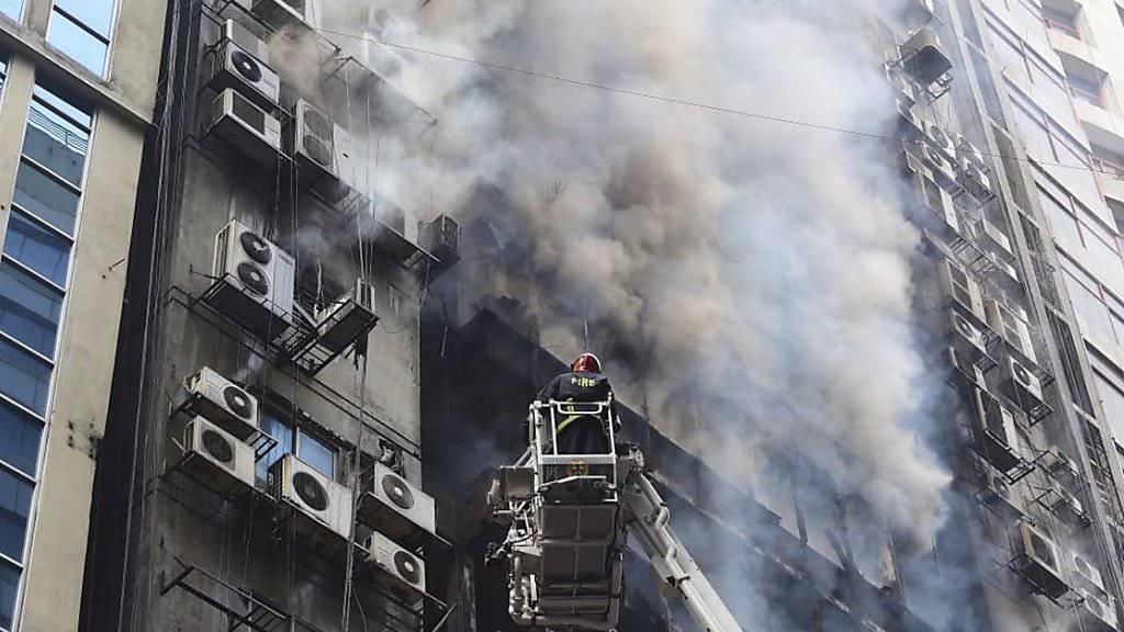 An der Bekämpfung des Brandes in Dhaka beteiligten sich zahlreiche Einheiten der Feuerwehr. Auch die Armee unterstützte den Grosseinsatz. Helikopter warfen Wasser über dem brennenden Büroturm ab.