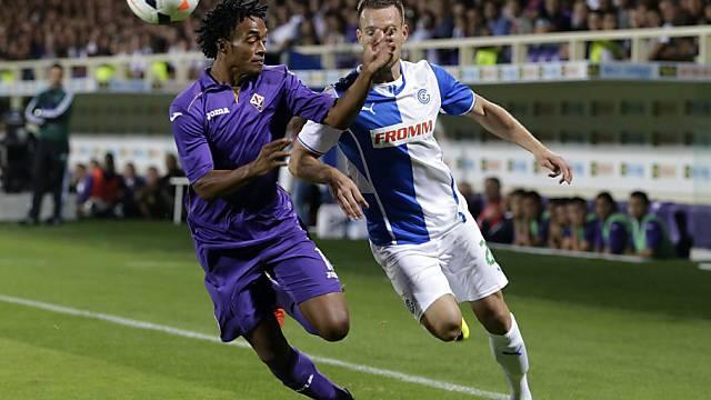 Hopper Daniel Pavlovic im Laufduell mit Fiorentinas Juan Cuadrado.