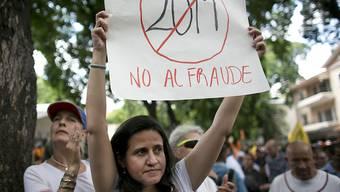 """""""Nein zum Betrug"""": Hunderte Venezolaner protestieren in Caracas gegen die umstrittene Präsidentenwahl vom Sonntag."""