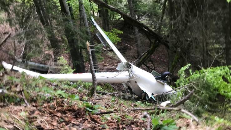 Das auseinandergebrochene Segelflugzeug nach dem Absturz in der Region des Bettlacherbergs.