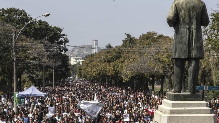 Zahlreiche Menschen haben am Montag vor der Ruine des abgebrannten Nationalmuseums in Brasilien demonstriert und den mangelnden Brandschutz kritisiert.