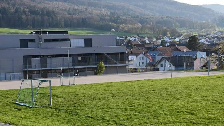 Nicht bei allen beliebt: Der Sportplatz beim Schulhaus von Hofstetten.