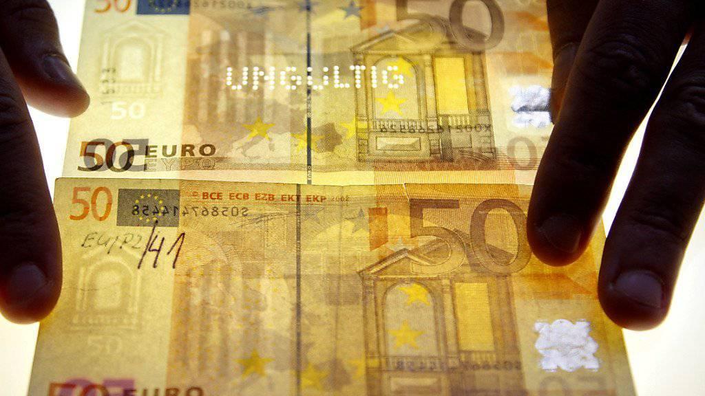 Zwei junge Geldfälscher haben in Deutschland gewerbsmässig falsche Euro-Scheine hergestellt. (Symbolbild)