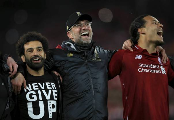Liverpools Mohamed Salah, Jürgen Klopp und Virgil van Dijk feiern den Finaleinzug.