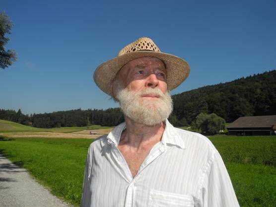 Im Sommer zeigte mir der Oetwiler Bio-Bauer, Künstler und Natur-Aktivist Köbi Alt alle seine Kraftorte in Oetwil: seine aus der Natur geschaffenen Kunstwerke im Wiesentäli, die Werkstatt im Ort, die «Galerie zur Trotte». Er erzählte mir von den Projekten, die er plante, und von den Themen, die ihn zeitlebens umtrieben. Ein politischer Mensch, der sich nicht scheute, anzuecken. Das machte ihn für manche zu einem schwierigen Zeitgenossen, für viele aber zu einem äusserst interessanten und beeindruckenden Gesprächspartner. Am 31. Oktober ist er im Alter von 72 Jahren gestorben.
