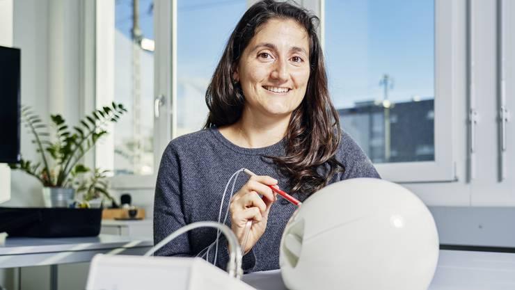 Die ersten Hürden sind geschafft: Sabrina Badir zeigt den zugelassenen Sensor zur Gewebemessung in ihrem Büro in Schlieren.