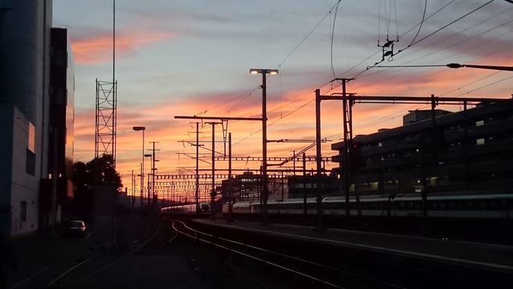 Diesen Sonnenaufgang-Schnappschuss hat einer unserer Redaktoren heute früh am Bahnhof Aarau gemacht - wir wünschen Euch einen guten Start in den Tag!