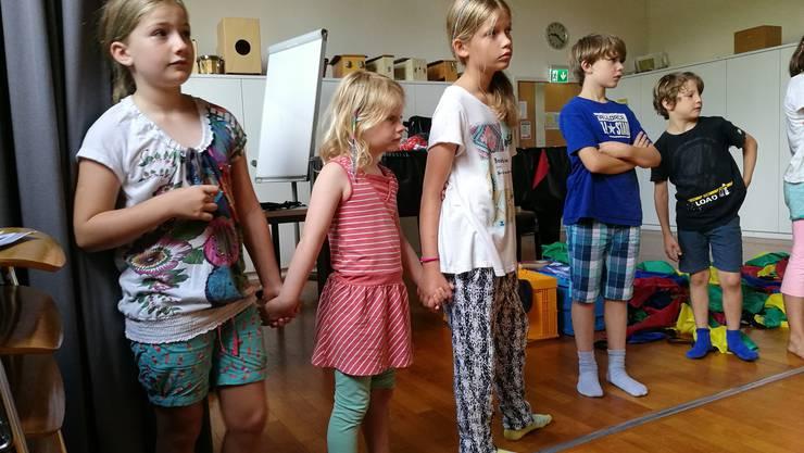 Zusammen ist man weniger allein: Ilina (8), Elin (5) und Keira (9) haben sich im Dreier-Team eine Improvisation überlegt.