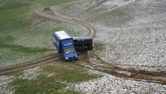 Lieferwagen kommt auf Staffelegg von Strasse ab