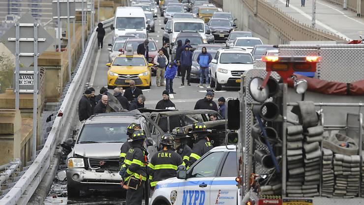 Drei Autos kollidierten am Mittwoch auf der New Yorker Brooklyn Bridge und fingen Feuer. Eine Person kam ums Leben und fünf weitere wurden leicht verletzt.