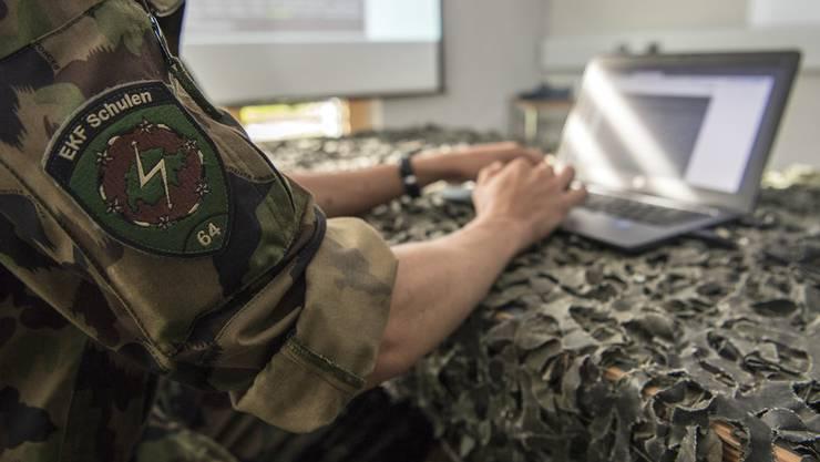 Ein Spezialist für Elektronische Kampfführung (EKF) in der Kaserne Jassbach bei Thun. (Archivbild)