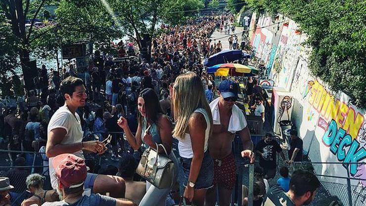 """Wie hier am Lettenfest drängen sich normalerweise hunderte Menschen an den Daydance-Partys des """"Primitivo"""" am Oberen Letten in Zürich. Foto: ZVG"""