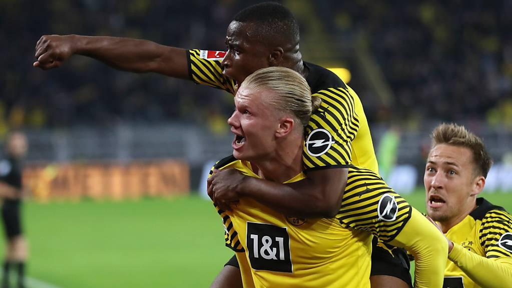 Erling Haaland lässt sich nach seinem Siegtor in der Nachspielzeit von seinen Teamkollegen und dem Publikum im Stadion feiern