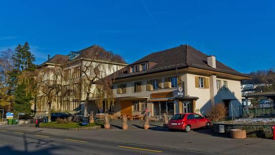 Standort des neuen Schulzentrums soll dort sein, wo heute noch die alte Käserei an der Hauptstrasse steht.