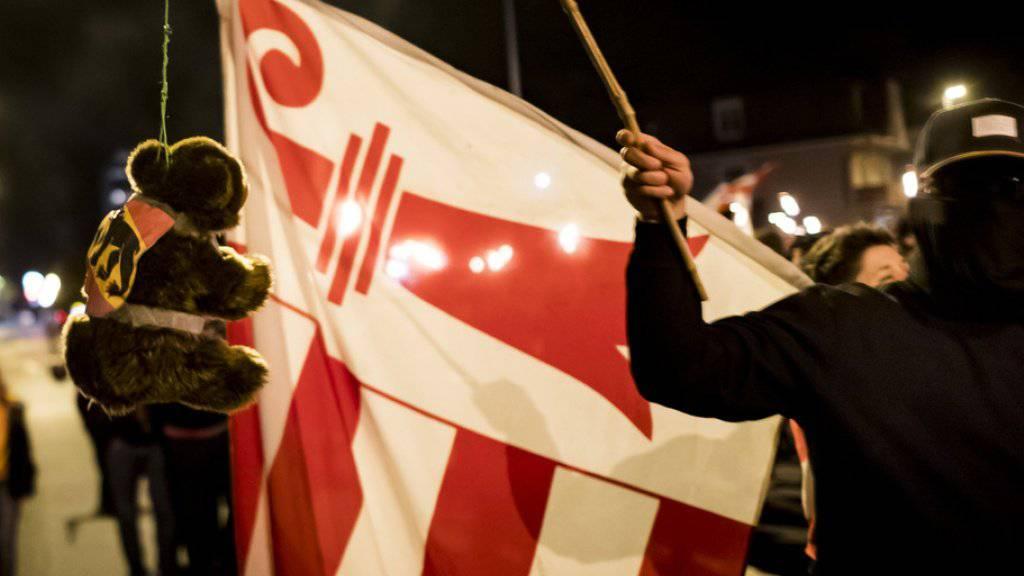Schweigemarsch in Moutier gegen den Entscheid der Statthalterin: Nun ist das bernische Verwaltungsgericht am Zug.