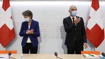 Bundespräsidentin Simonetta Sommaruga und Gesundheitsminister Alain Berset informieren über die neusten Coronamassnahmen.