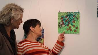 Esther Kilchenmann (rechts) zeigt Fraenzi Neuhaus ihr Bild.