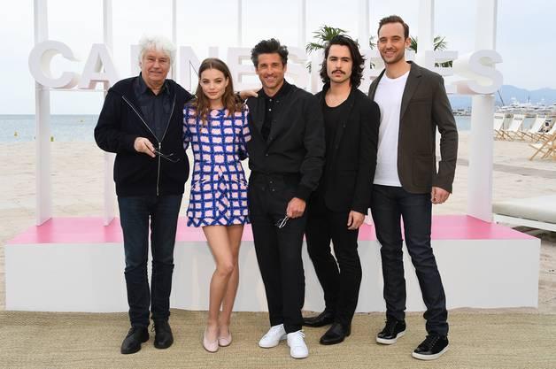 Der Literat und die Hollywood-Stars: Joël Dickers (rechts) Buch wurde verfilmt, mit Schauspielgrössen wie Patrick Dempsey (Mitte) in den Hauptrollen. Hier bei der Vorstellung am Cannes International Series Festival