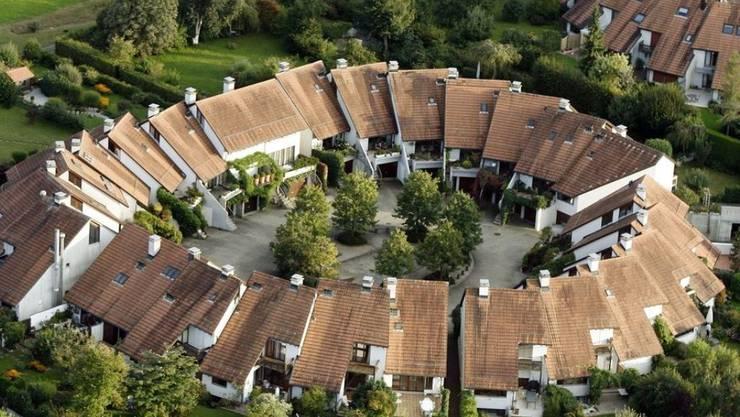 Schweizer mögen Wohneigentum: Mehr als ein Drittel aller Haushalte liegt in den eigenen vier Wänden, die Hälfte davon in einem Einfamilienhaus - und wenn es auch nur ein kleines ist wie hier in Benglen bei Zürich. (Symbolbild)