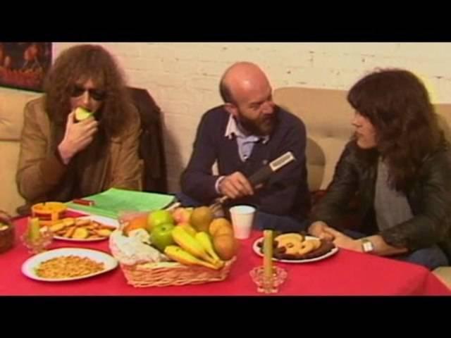 Bassist und «Böser Bub» der Rockband Krokus, Chris von Rohr, raucht und kaut gleichzeitig Kaugummi im Interview. Und auch ein Springmesser trägt er auf sich. Aus der Sendung «Music Scene» (27.03.1982).