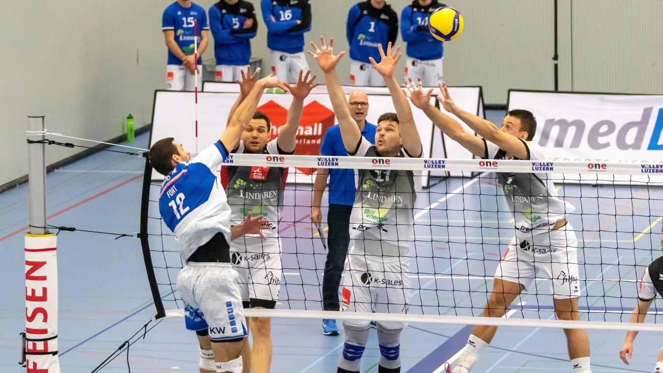 Dominik Fort von Lindaren Volley Luzern im Angriff