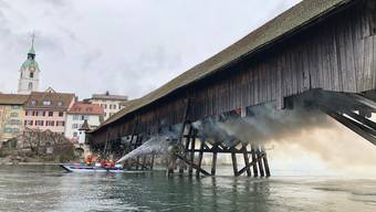Brandbekämpfung auch über das Rettungsboot auf der Aare: Rund 100 Einsatzkräfte standen beim Brand auf der Holzbrücke im Dienst.