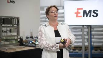 Ems-Chefin und SVP-Nationalrätin Magdalena Martullo-Blocher bei einer Werksführung im Juli. (Archivbild)