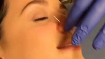Katy Perry gepiercet mit einem Lächeln auf den Lippen (Screenshot)