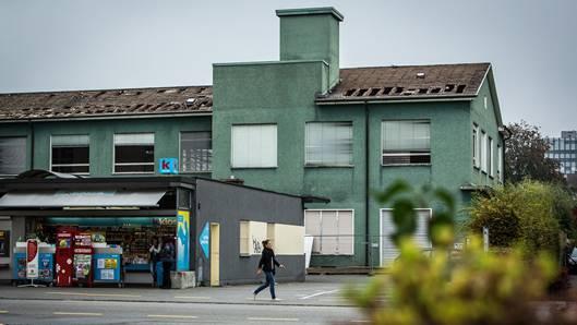 Das grüne Gebäude der ehemaligen Druckerei Häfliger an der Landstrasse soll Wohn- und Gewerbehäusern weichen.