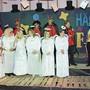 Bängeli-Gemeinderat mit Ängeli-Partnerinnen und -Kanzlerinnen bei der Amtsübergabe an Zunftmeister Sacha Doyon.