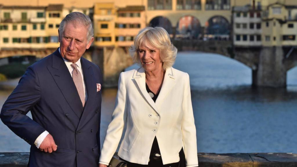 Prinz Charles und seine Frau Camilla posieren vor dem Ponte Vecchio in Florenz.