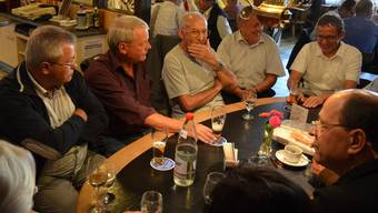 Landammann Urs Hofmann im Gespräch mit (von links) Josef Nogara, Rainer Stieger, Max Käppeli, Walter Konrad und Albert Fischer. (es)