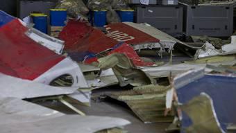 Diese Trümmerteile der Boeing 777 sollen Aufschluss geben über die Absturzursache von Flug MH17 in der Ostukraine vor gut einem Jahr. (Archiv)