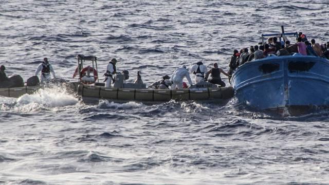 Küstenwächter helfen Migranten vor Lampedusa (Archiv)