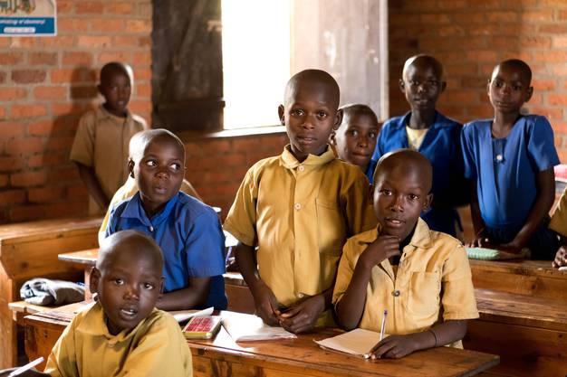 Kinder aus ärmeren Familien können sich Schulgeld und Schuluniform nicht leisten. Die Stiftung hilft und ermöglicht Bildung.