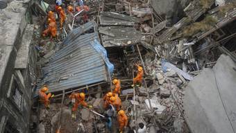 Rettungskräfte suchen nach Überlebenden nach dem Einsturz eines Wohngebäudes in Bhiwandi im Bezirk Thane, einem Vorort von Mumbai. Foto: Praful Gangurde/AP/dpa