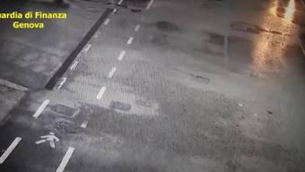 Die Polizei hat neue Aufnahmen einer Überwachungskamera veröffentlicht.