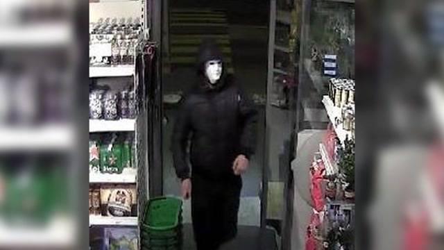 Maskenmann überfällt Tankstelle