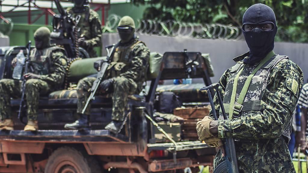 Die Putschisten im westafrikanischen Staat Guinea haben inhaftierte Gegner des am Sonntag abgesetzten Präsidenten Alpha Condé freigelassen. (Archivbild)