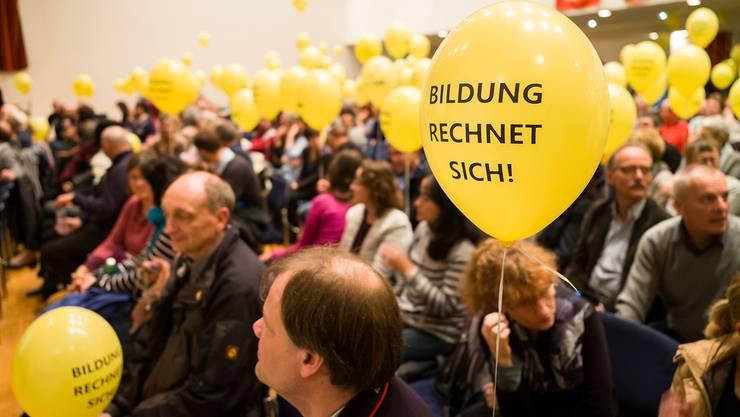 Mobilisiert: 600 Staatsangestellte – darunter zumeist Lehrer – protestieren jüngst in der Mittenza in Muttenz gegen die Sparpolitik des Kantons.
