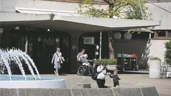 Täglich gehen zig Patienten und Besucher im Bruderholzspital ein und aus. Natürlich hegen sie Sympathien für das Spital, wie es heute ist. Doch längst nicht alle legen deswegen ein Ja in die Urne.