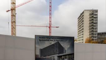 Die Regio Energie will ihre Investitionen ins Fernwärmenetz amortisieren (oben im Bau), der Kanton für die Kühlung im neuen Bürgerspital Aarewasser nutzen.