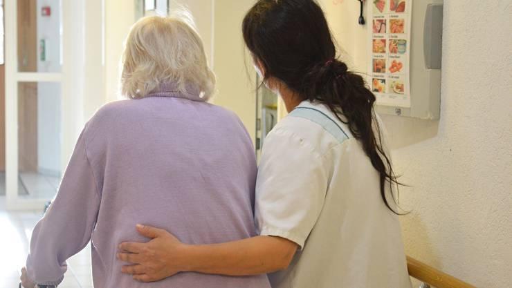 Dank dem SRK-Lehrgang wissen die Pflegehelferinnen im Seniorenzentrum Tägerig, wie sie den Bewohnern am besten durch den Tag helfen.