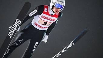 Simon Ammann im Nachthimmel von Lahti.